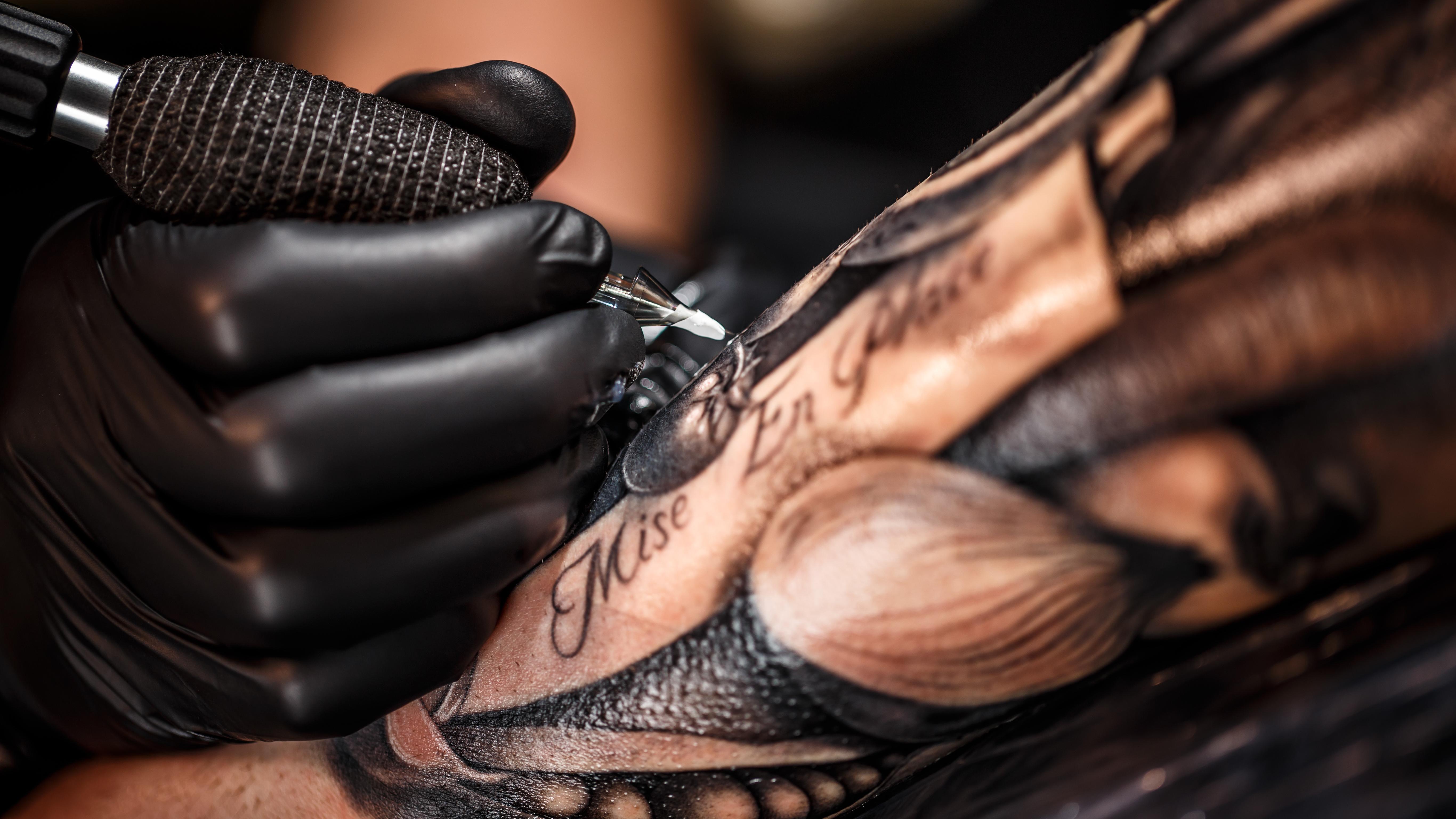 Tattoos – Chemiecocktails unter der Haut